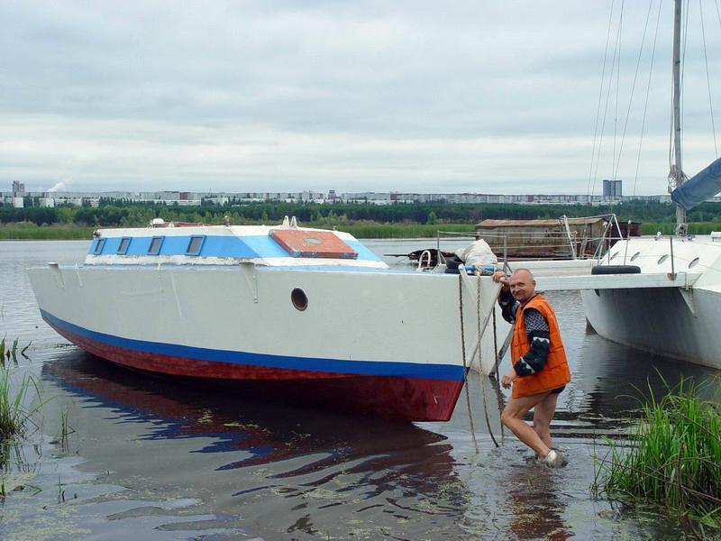 лодка с поплавками по бокам